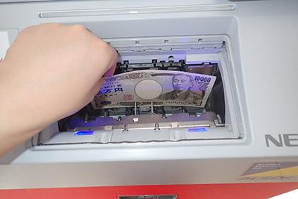 アプリローンを使って、お金を借りている画像